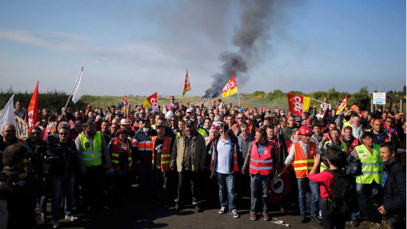 Sindicalistas de la CGT delante de una barricada cerca de la refinería de Donges