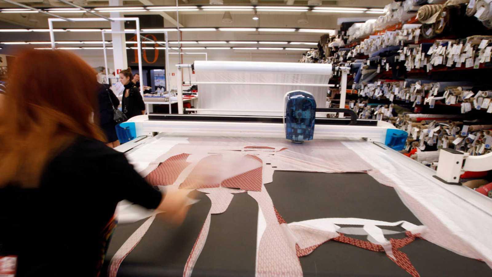 Una empleada en una fábrica textil de Barcelona