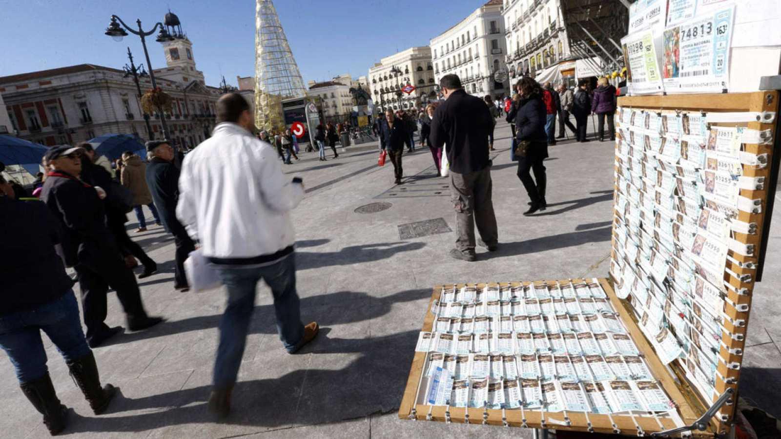 Puesto de venta de lotería de Navidad en la Puerta del Sol de Madrid.