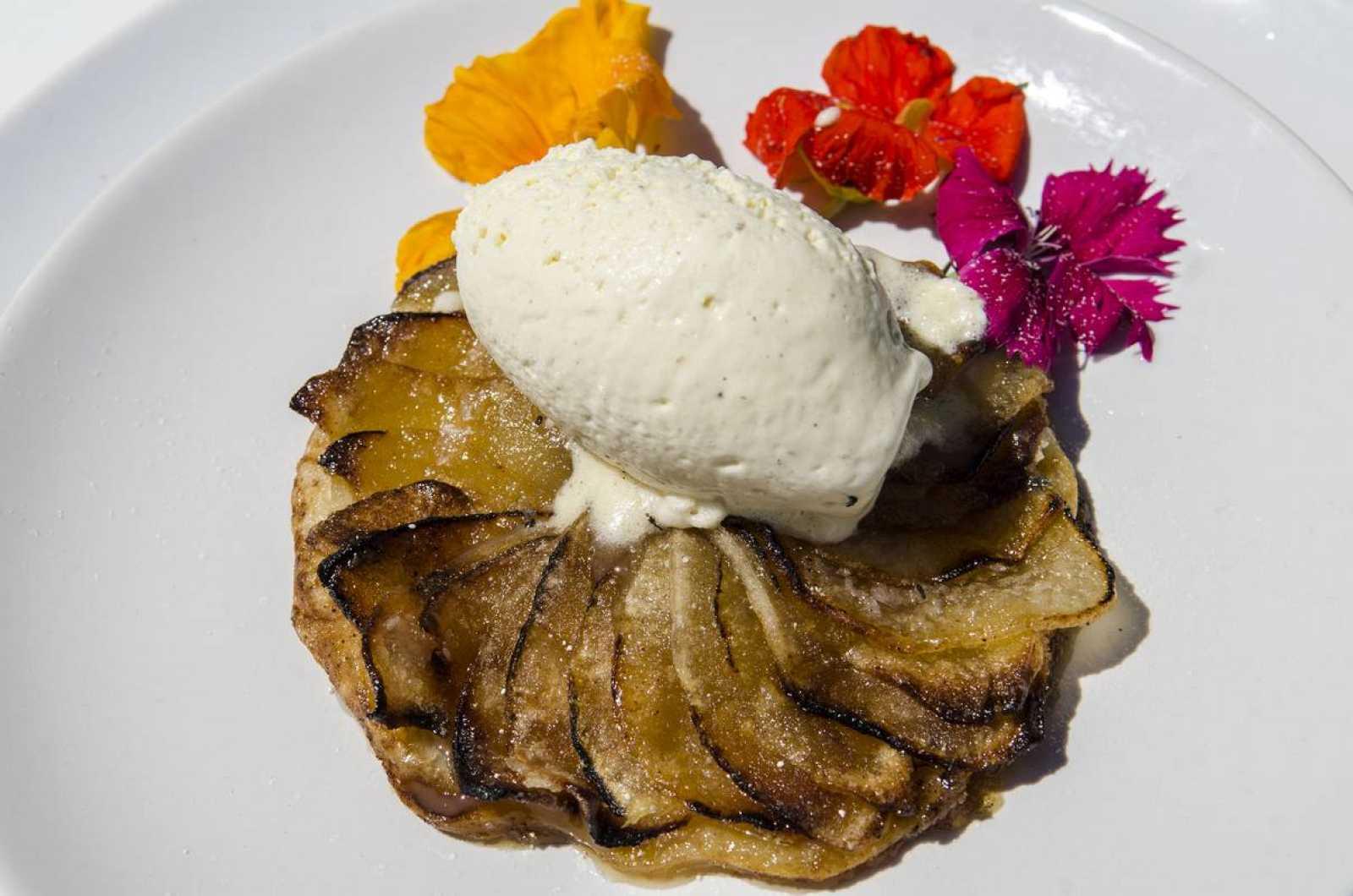 Tarta fina de manzana con quenelle de vainilla