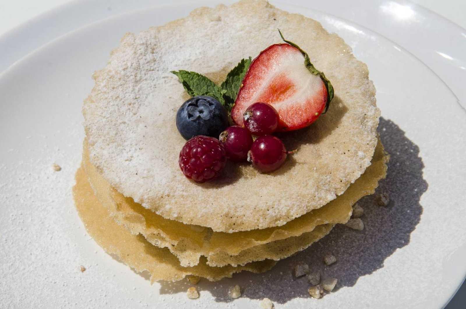 Tarta de milhjojas con crema pastelera, frutos rojos y almendra garrapiñada