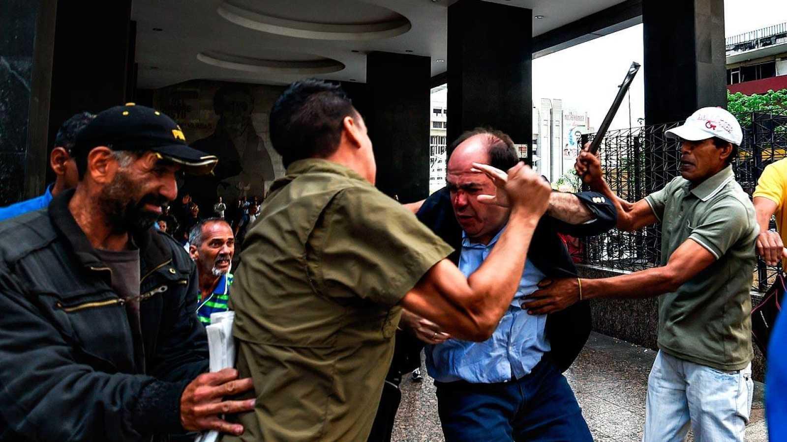 El diputado opositor Julio Borges es golpeado por presuntos partidarios del Gobierno de Maduro