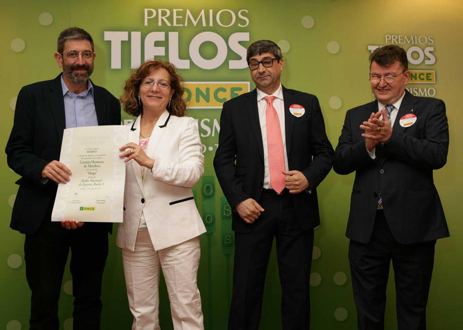 José María Forte (izq.) recogiendo el premio Tiflo de la ONCE