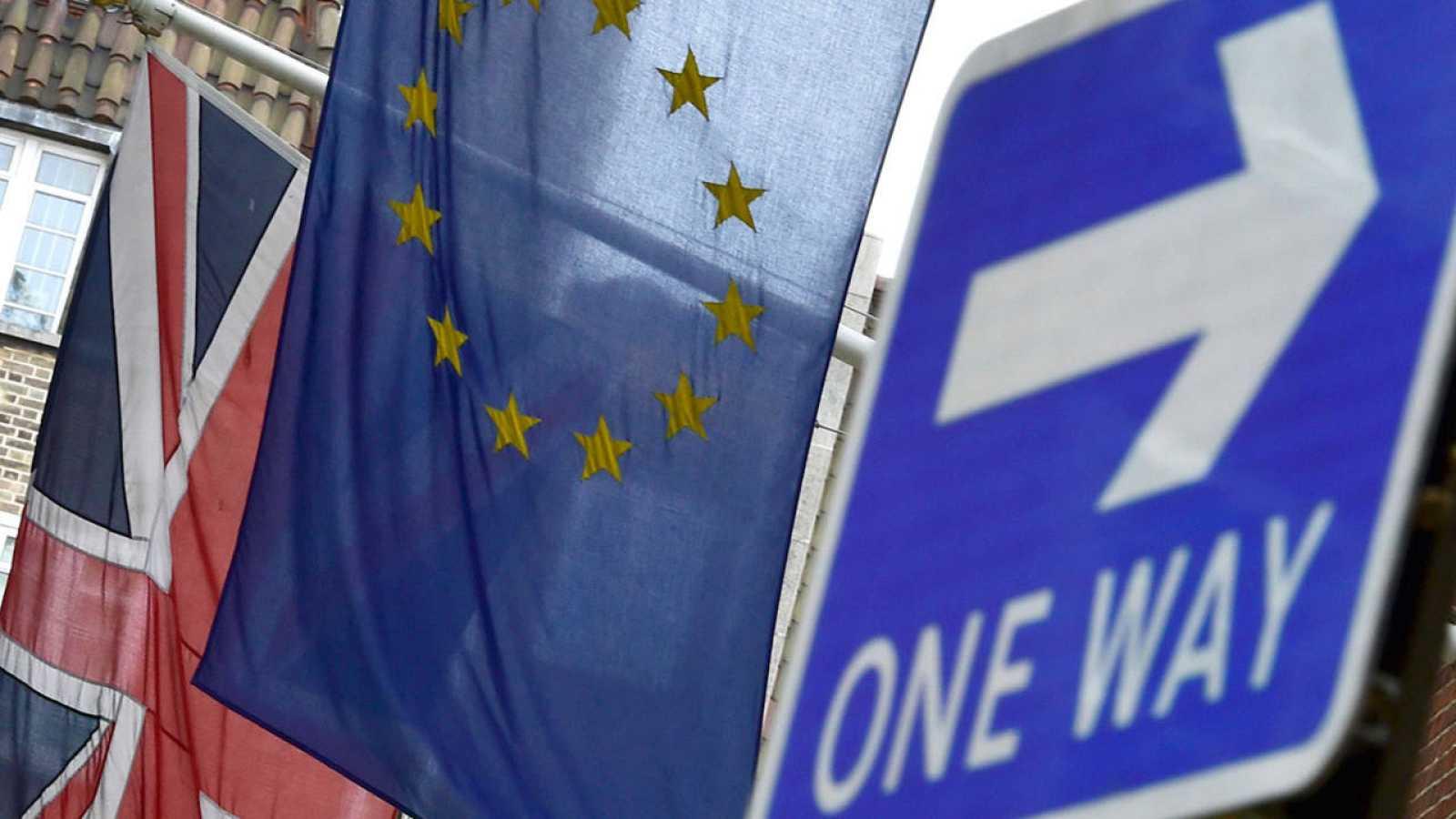 Las banderas de Reino Unido y la Unión Europea ondeando juntas