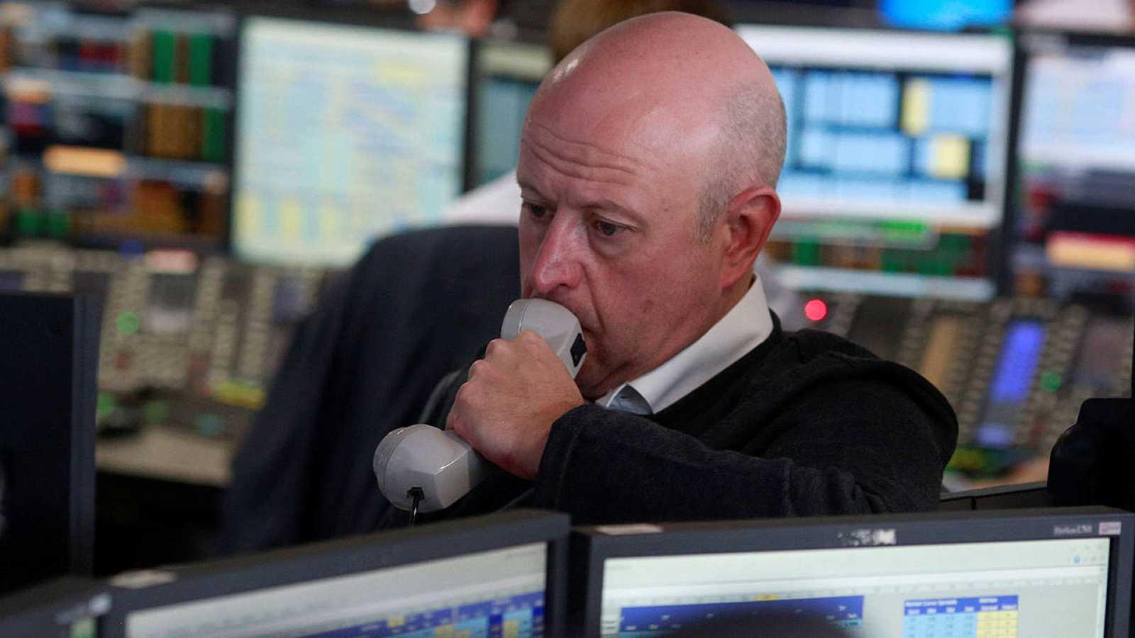 Un trabajador financiaro espera la apertura de las Bolsas tras conocer la victoria del 'Brexit'