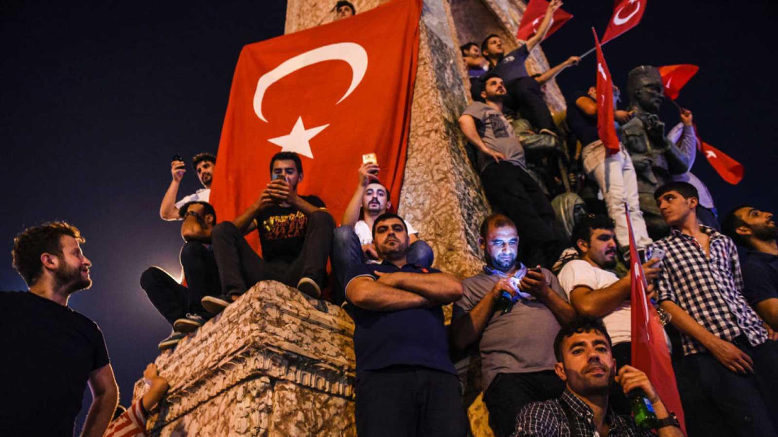 Ciudadanos turcos se han reunido para celebrar el fracaso del golpe de Estado.