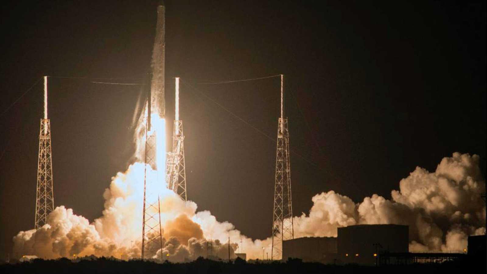 Imagen del lanzamiento de la cápsula Dragon desde Cabo Cañaveral (Florida, EE.UU.)