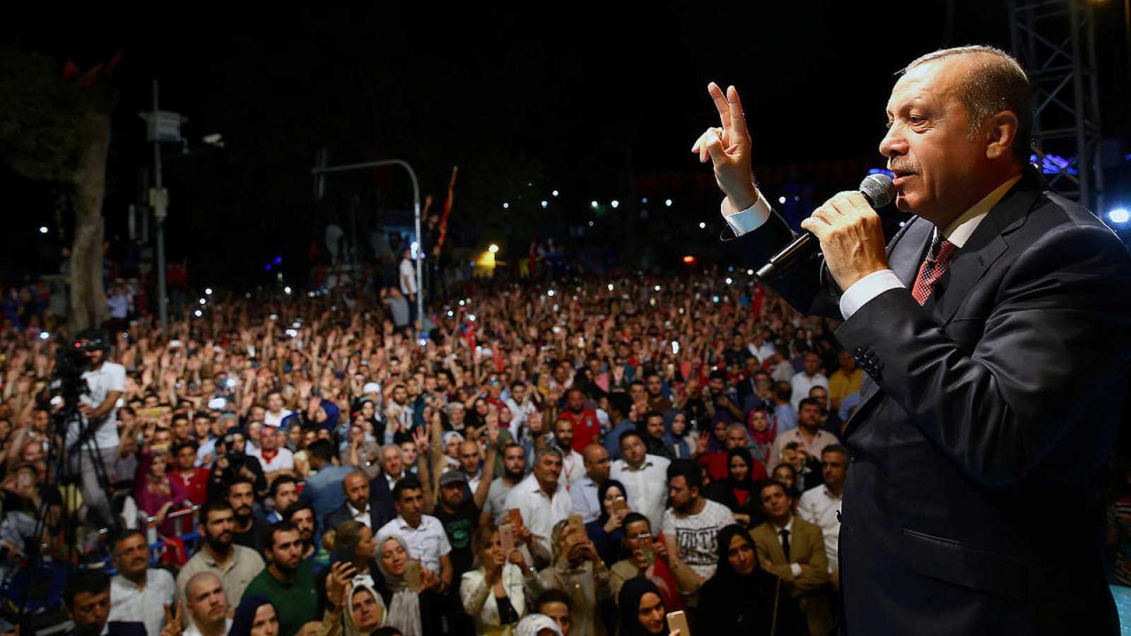 El presidente turco, Receo Tayyip Erdogan, se dirige a la multitud frente a su residencia en Estambul, en la madrugada del 19 de julio de 2016. Kayhan Ozer/Presidencia de Turquía/Reuters