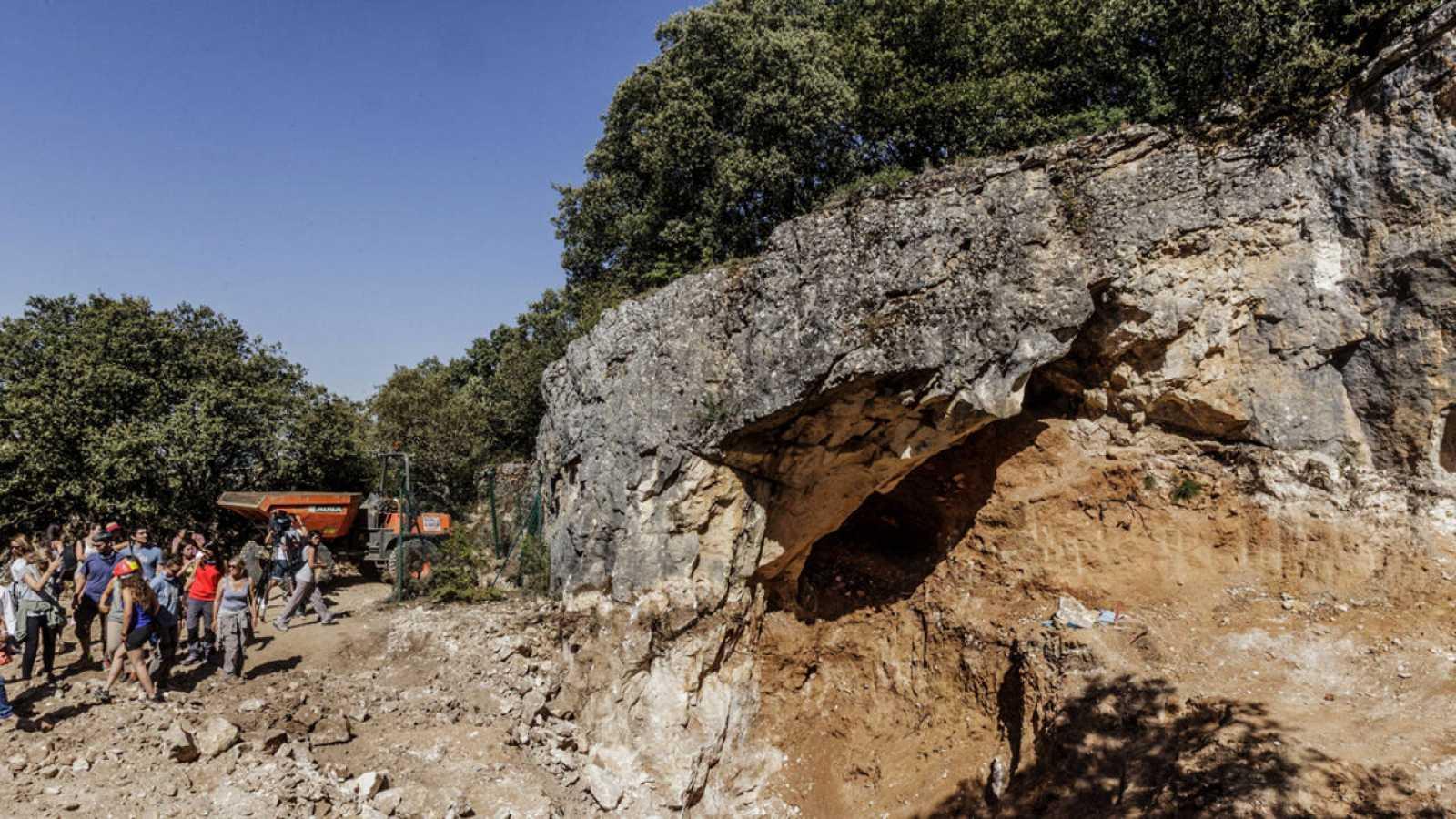 La Cueva Fantasma se ubica junto a la Sima del Elefante, en la Trinchera del Ferrocarril.