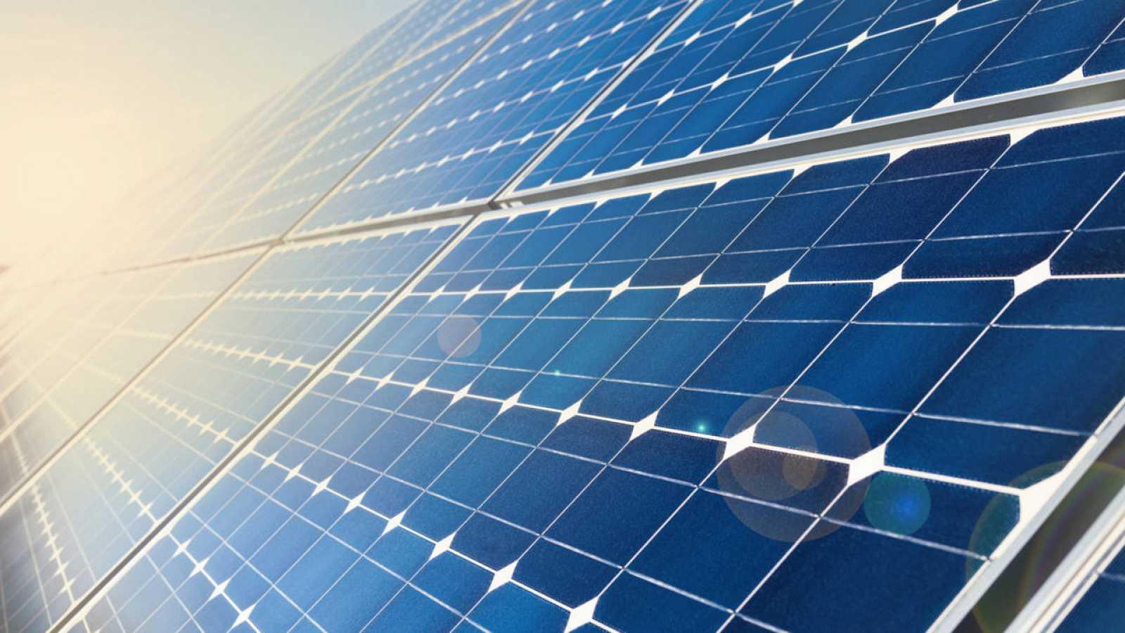 Las células solares convencionales convierten la luz solar en electricidad que debe almacenarse en baterías.