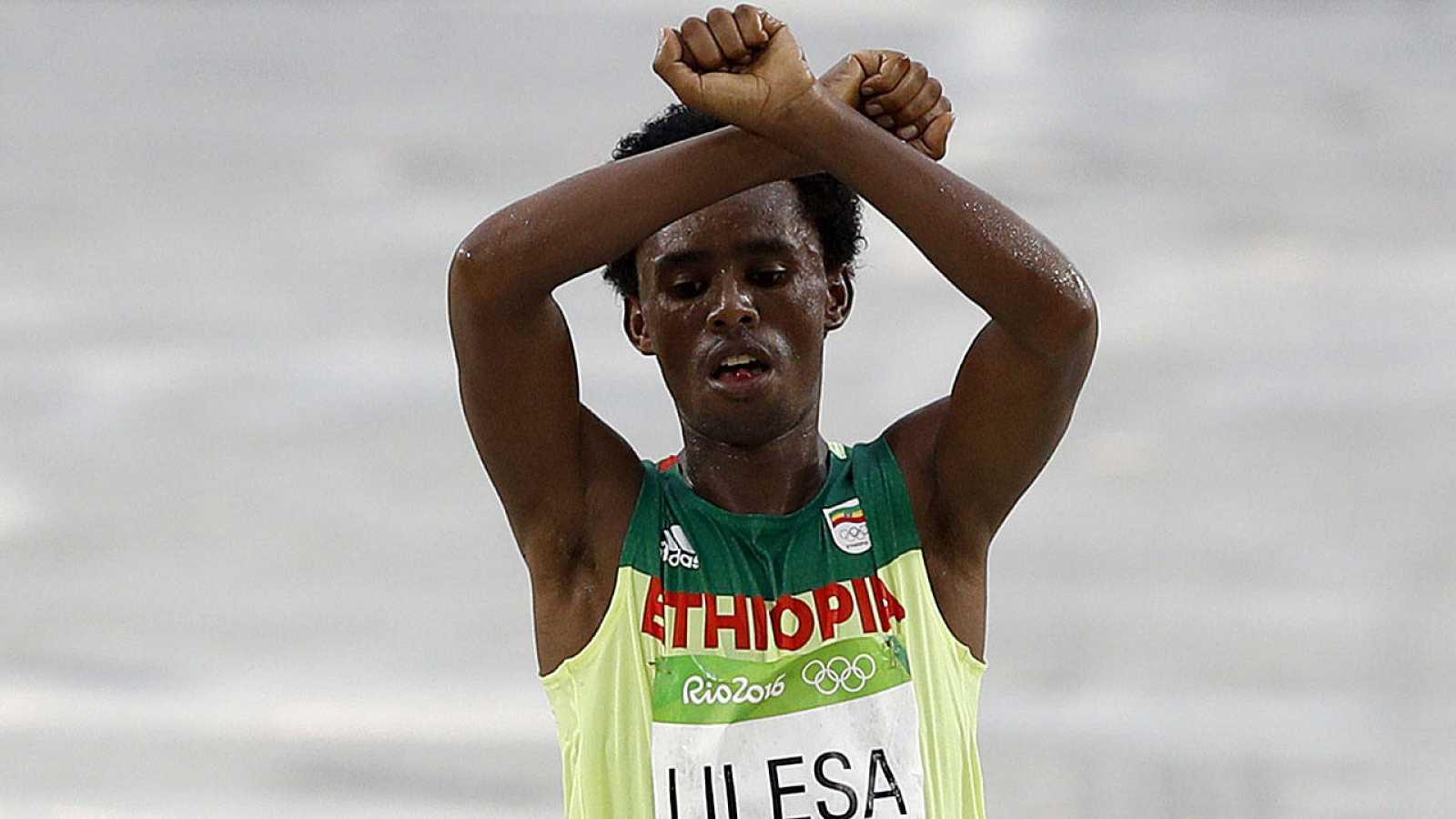 El atleta etíope Feyisa Lilesa realiza un gesto protesta contra la represión del gobierno de su país contra su etnia.