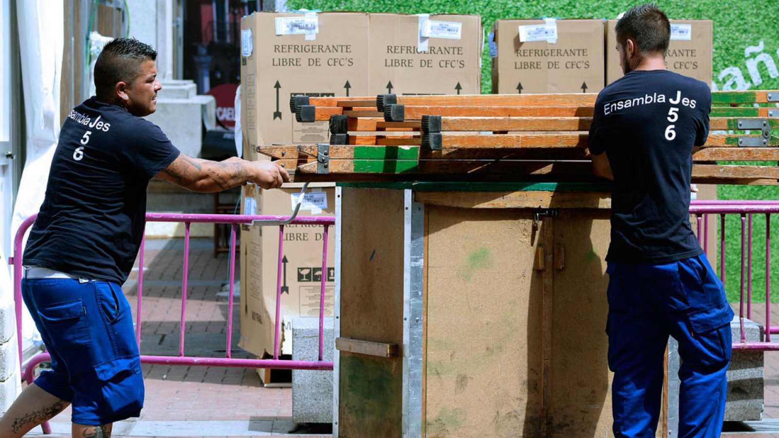 Dos operarios trabajan en una calle de Valladolid en una imagen de archivo
