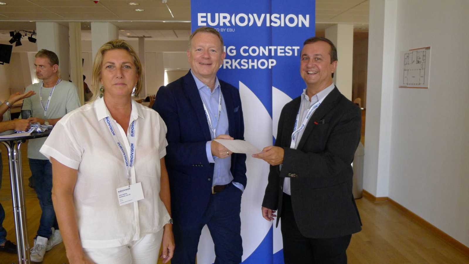 Ana Mª. Bordas y Federico Llano (RTVE) entregan a Jon Ola Sand (UER) la solicitud de participación para Eurovisión 2017