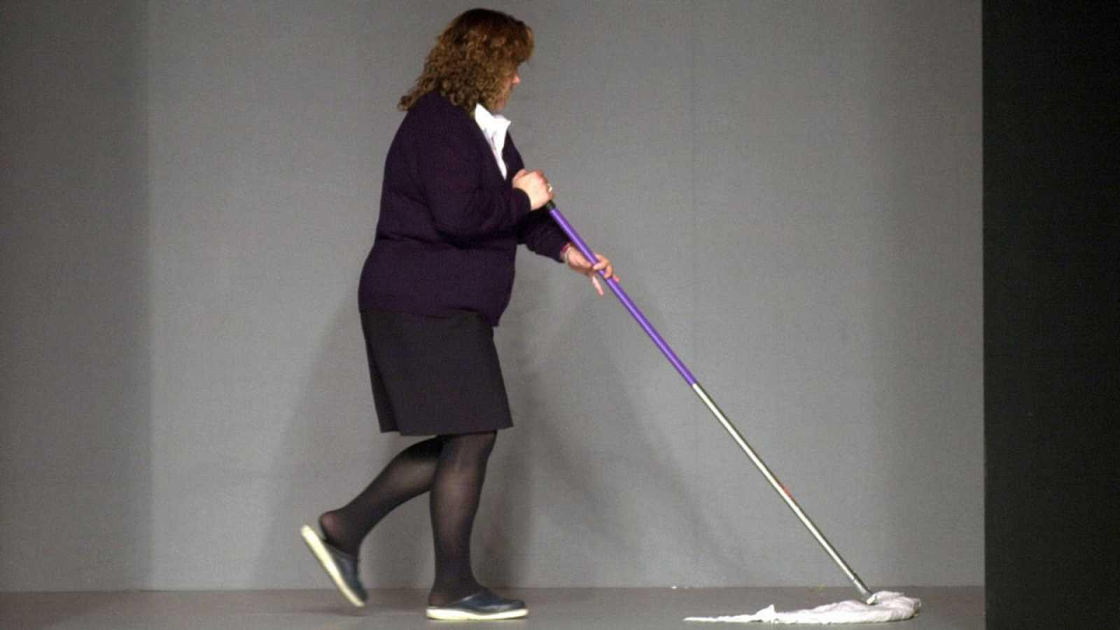 Una empleada friega el suelo