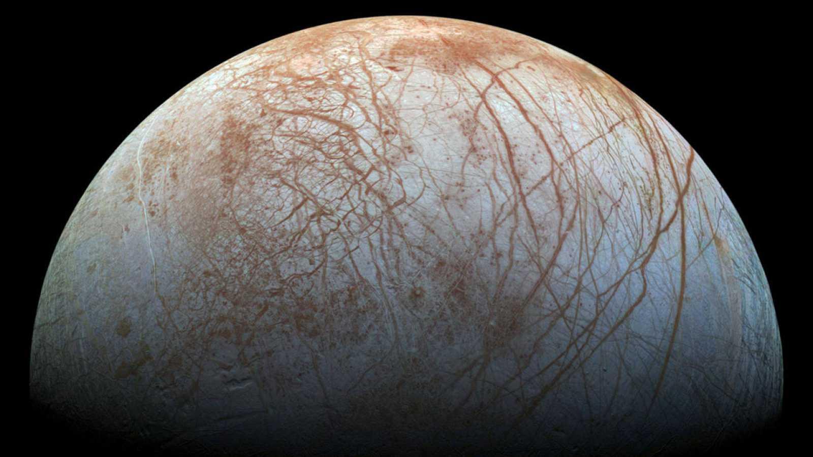 Imagen facilitada por la NASA de la superficie de Europa, la luna helada de Júpiter.
