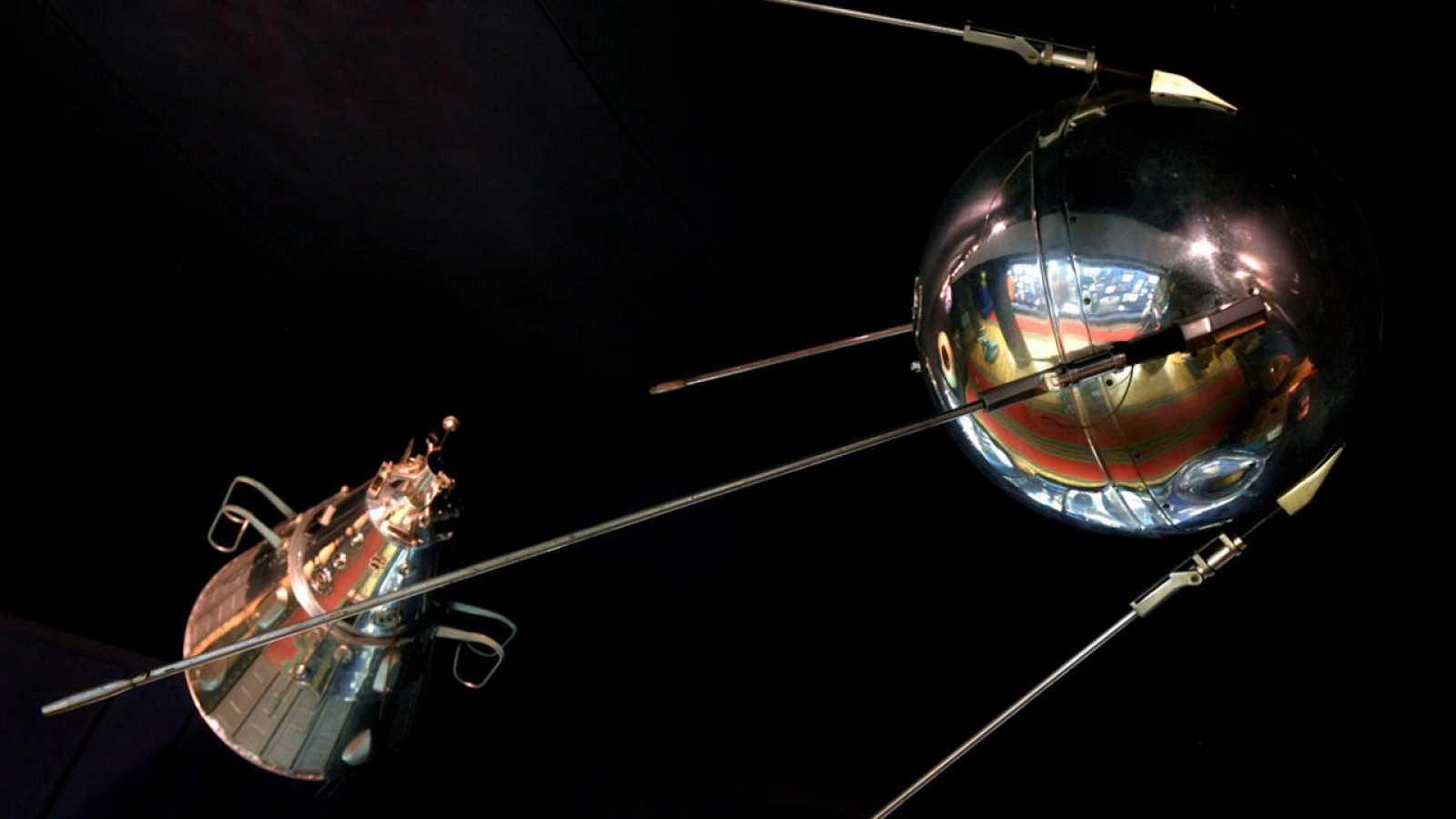 Réplica del Sputnik (D) que puede verse en el museo del centro de entrenamiento de astronautas en la Ciudad de las Estrellas de Moscú.