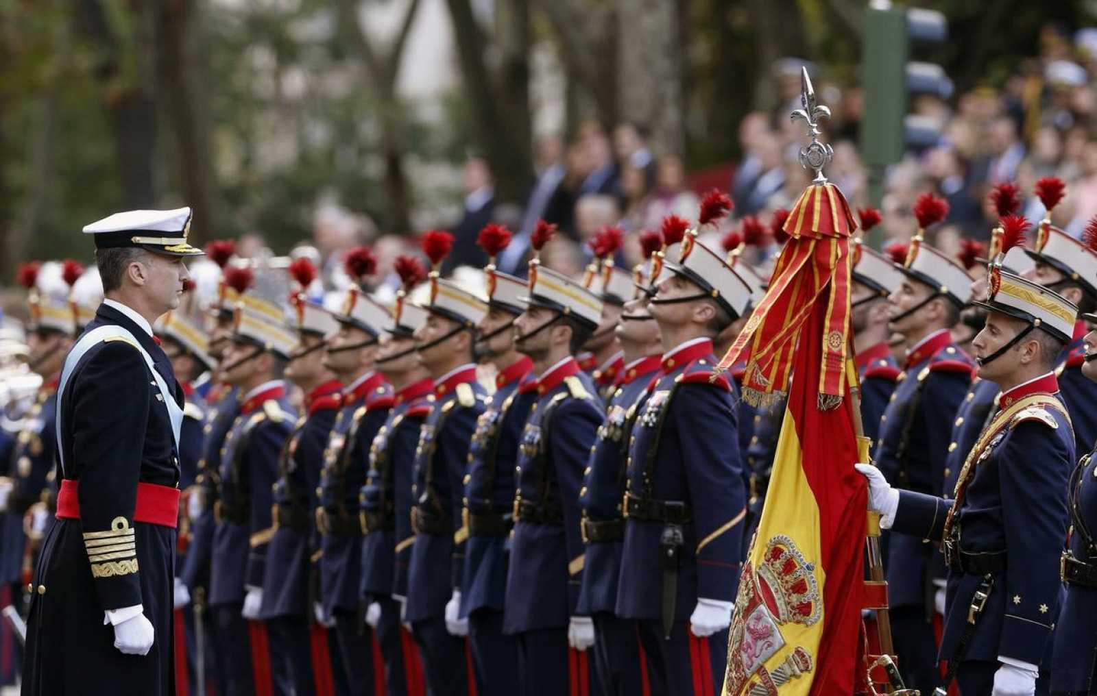 LOS REYES PRESIDEN EL DESFILE DE LA FIESTA NACIONAL, CON 3.400 MILITARES
