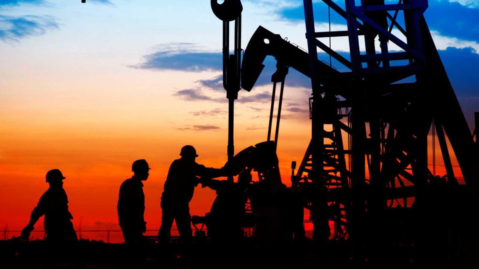 Trabajadores en un campo de petróleo