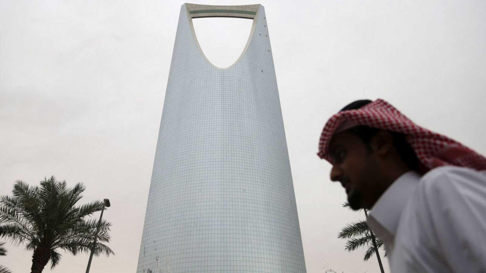 Un hombre pasea frente al Kingdom Centre Tower situado en Riad en una imagen de archivo