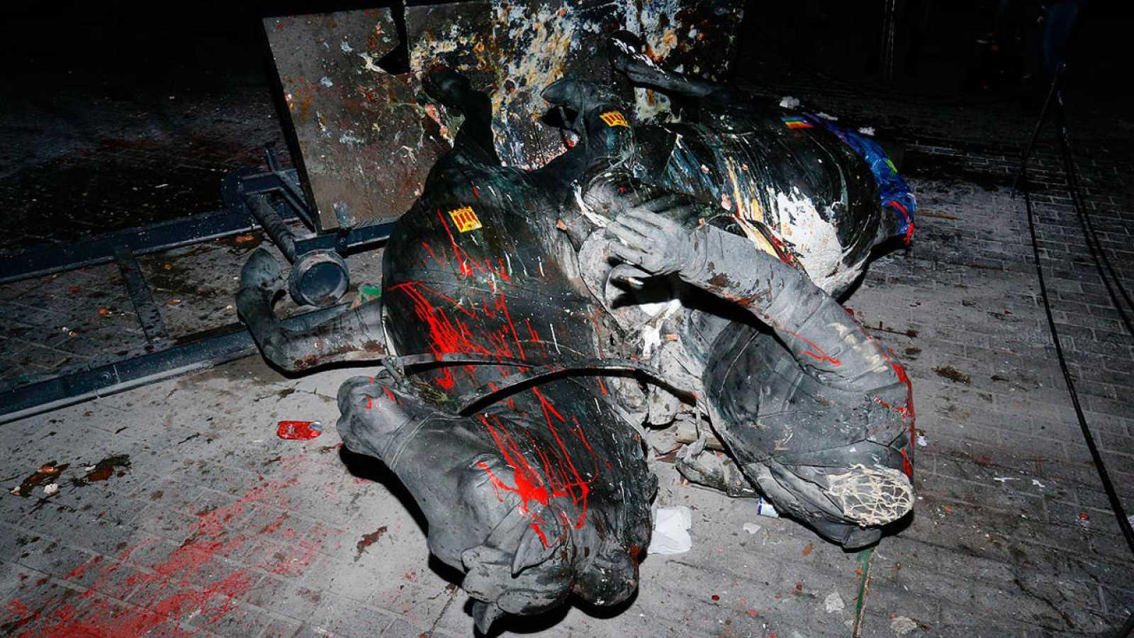 La estatua ecuestre de Franco tirada en el suelo y llena de pintura