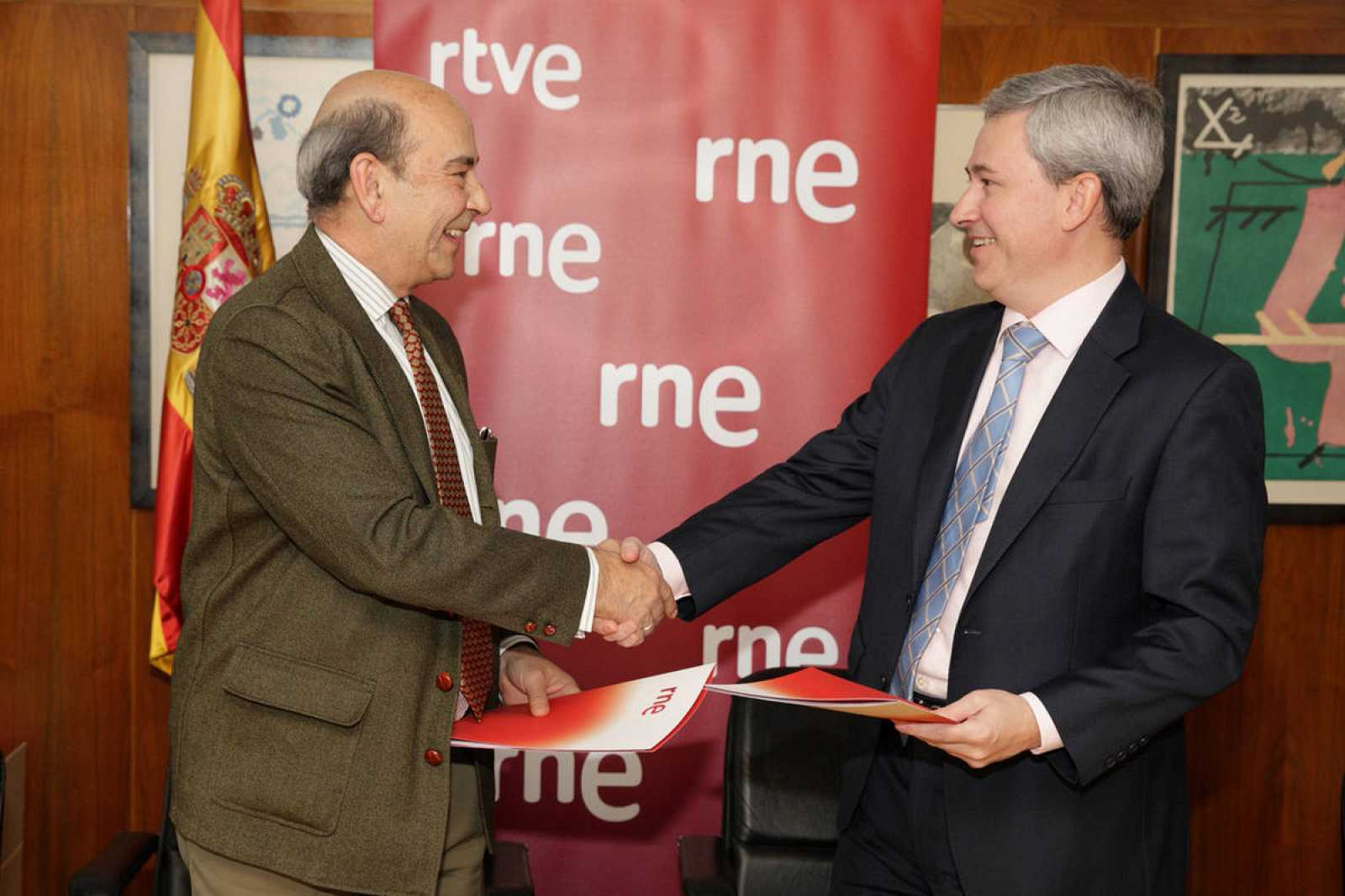 Alfonso Nasarre y Enrique Morón, tras la firma del convenio de colaboración