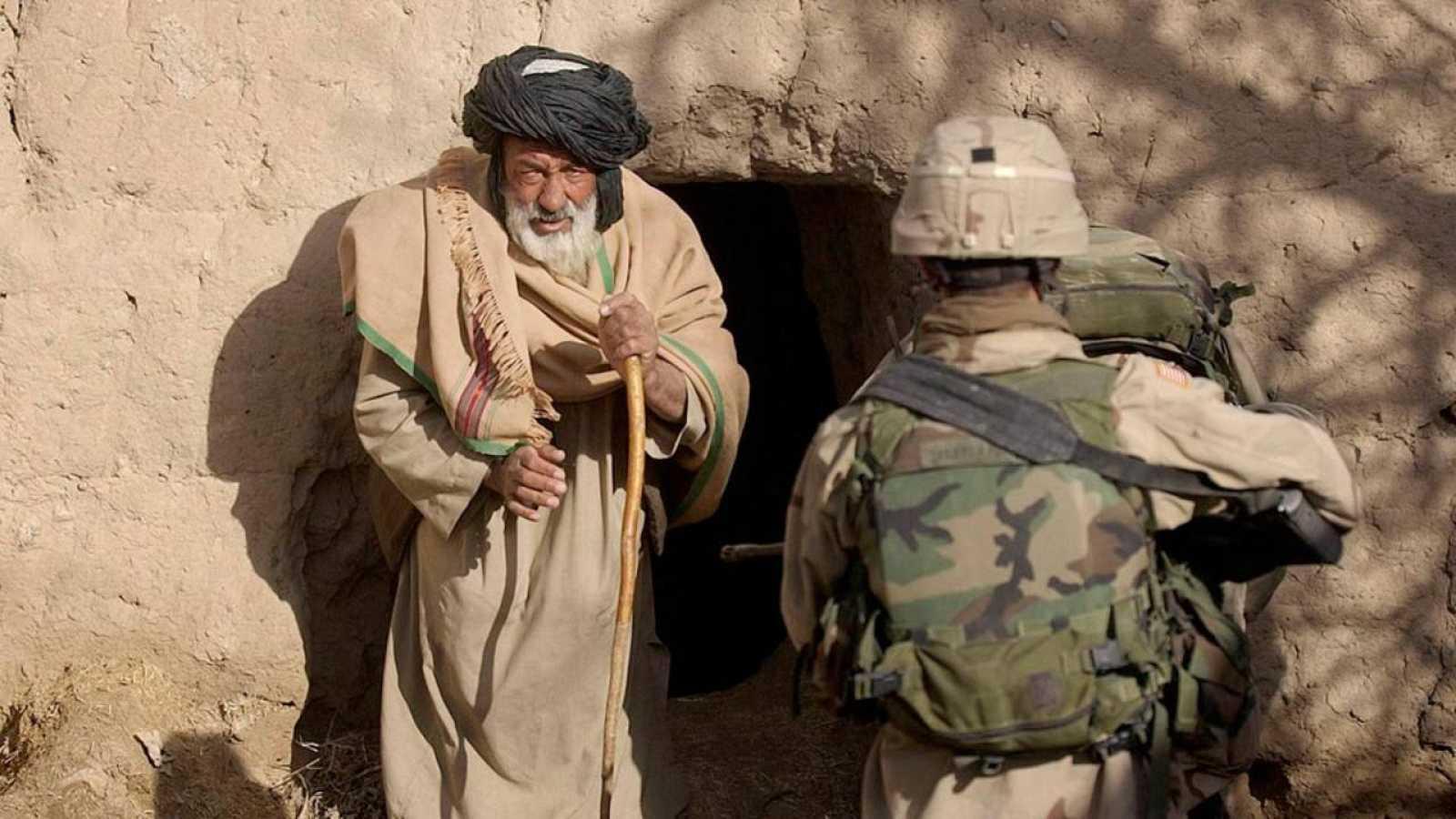 Un soldado estadounidense junto a un civil afgano