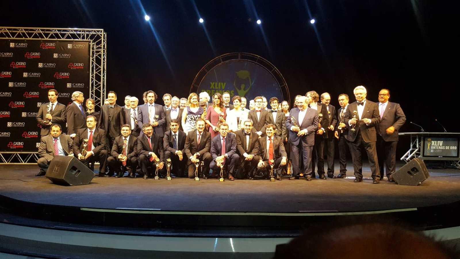 Foto de familia de los premiado con las Antenas de Oro 2016