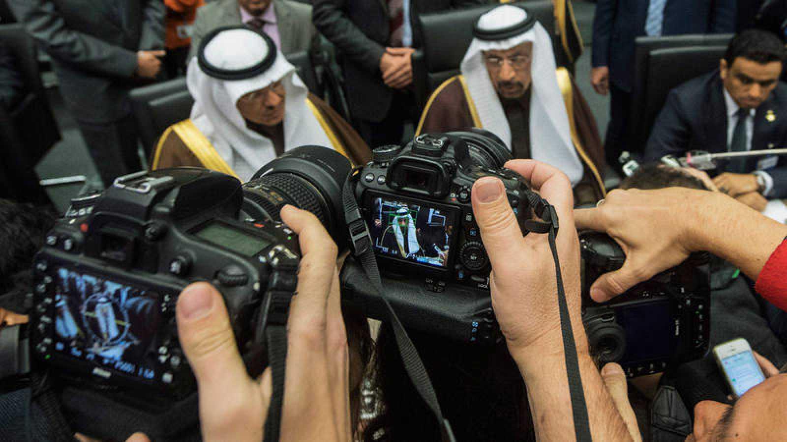 El ministro de Petróleo de Arabia Saudí, Jalid Al-Falih (c), en la reunión de la OPEP en Viena