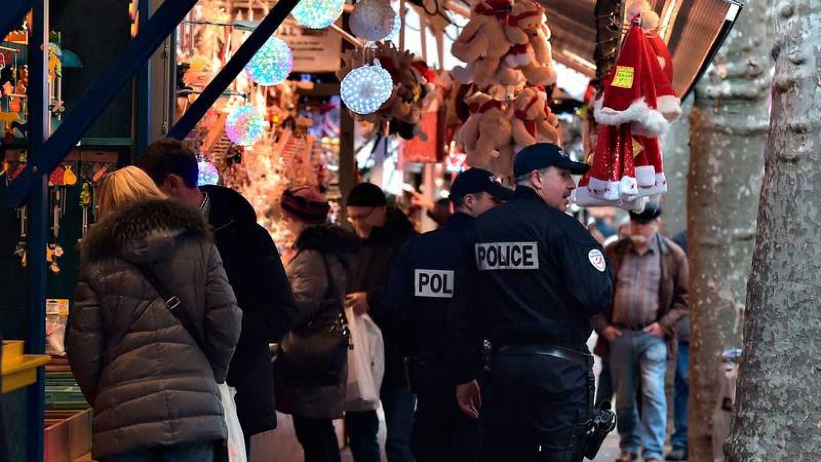 Dos policías patrullan en el mercado navideño de Estrasburgo, en Francia