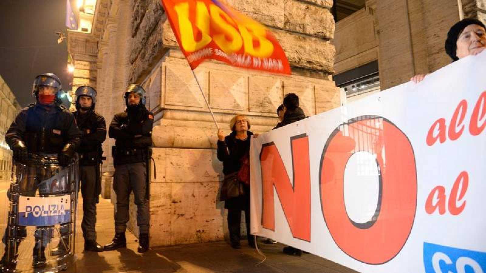 Varios partidarios del 'no' en el referéndum muestran una pancarta en contra de la reforma constitucional