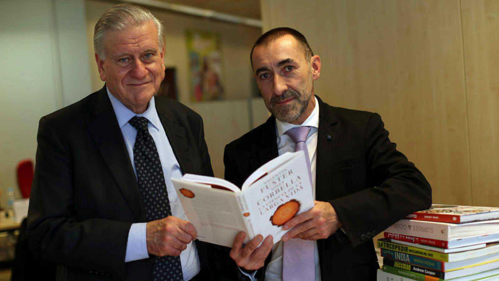 """Valentín Fuster (i) y el periodista científico Josep Corbella posan en la presentación de su ensayo """"La ciencia de la larga vida""""."""