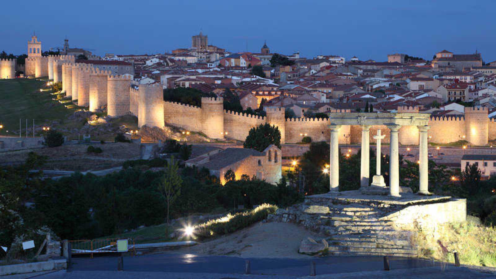 Imagen nocturna de la ciudad de Ávila, rodeada por la muralla.
