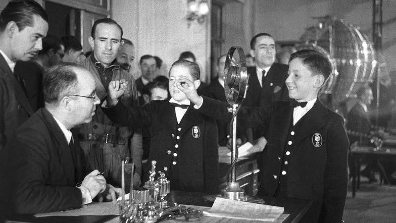 Niños de San Ildefonso durante el sorteo de Lotería de Navidad de 1939