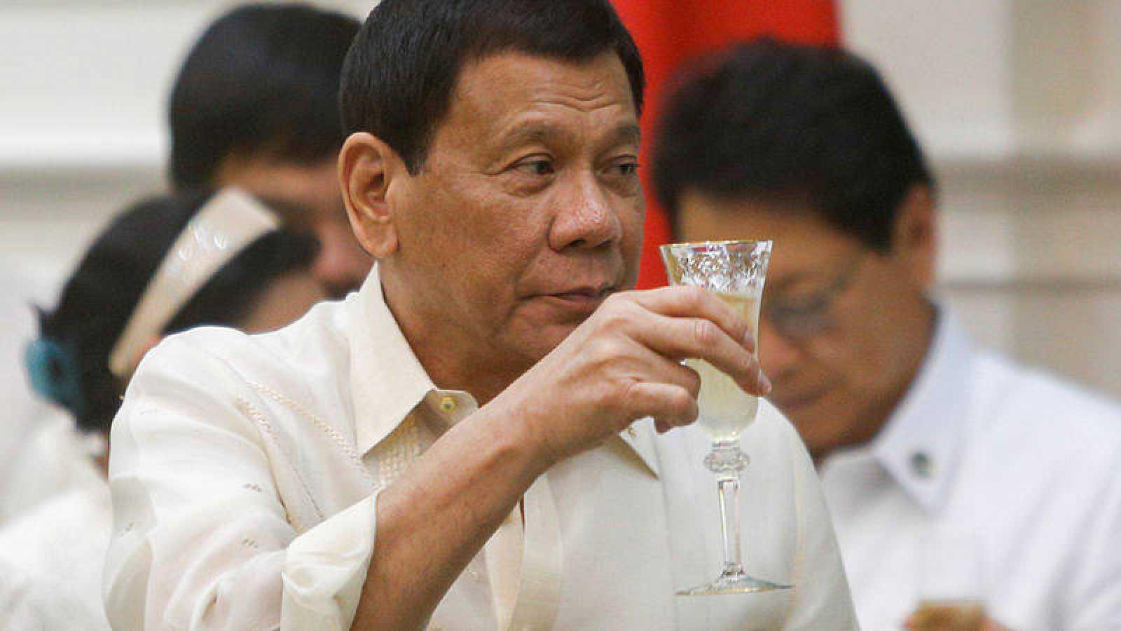 El presidente filipino, Rodrigo Duterte, brinda durante una ceremonia en Camboya este miércoles.
