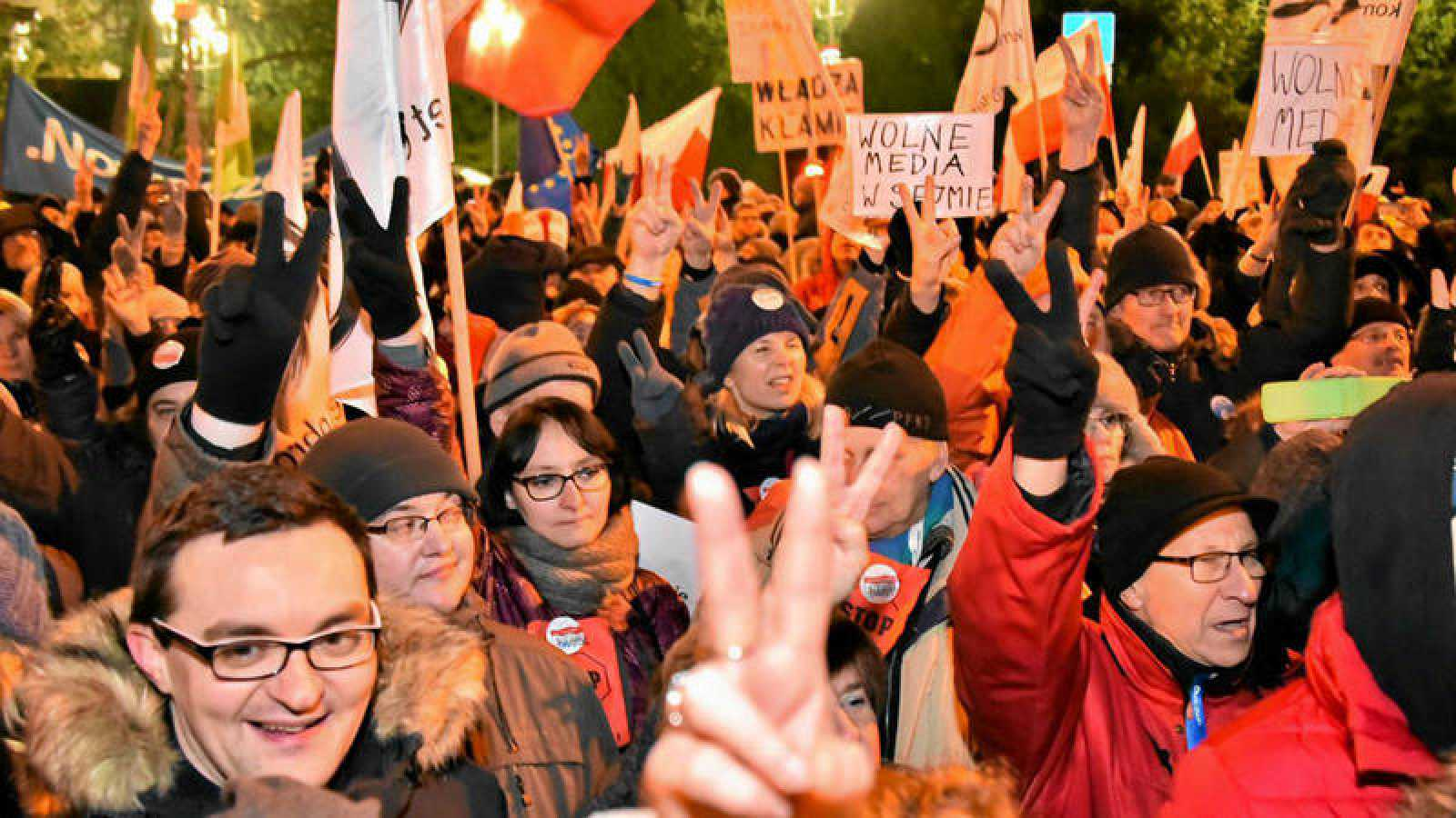 Un grupo de manifestantes congregados a las afueras del Parlamento polaco en contra de limitar el acceso de la prensa