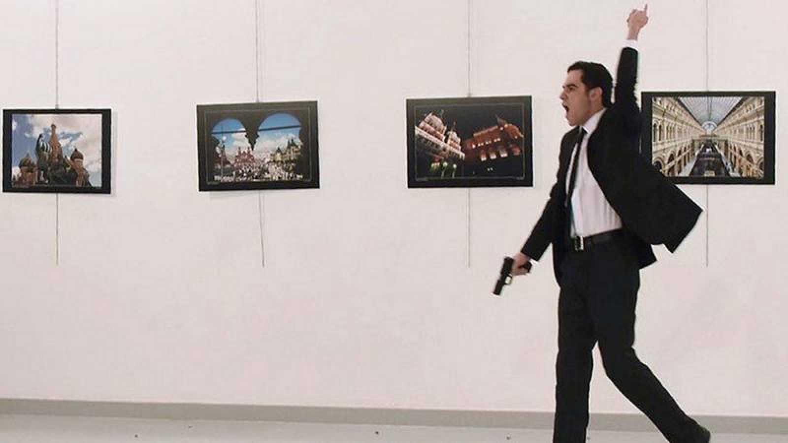 Mevlüt Mert Altintas clama venganza por Alepo y Siria tras matar al embajador ruso en Ankara.