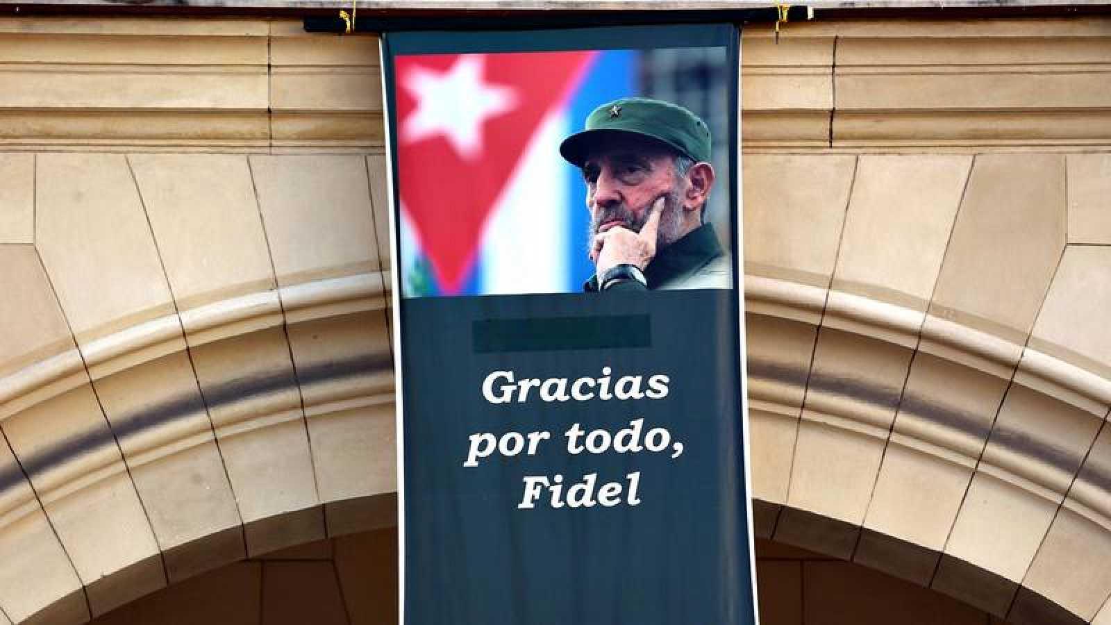 Un cartel con la imagen de Fidel Castro en La Habana