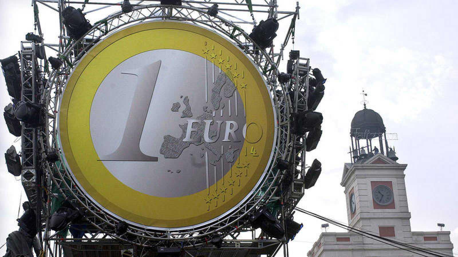 Un gran euro decoraba la madrileña Puerta del Sol ante la llegada de la divisa en el año 2002