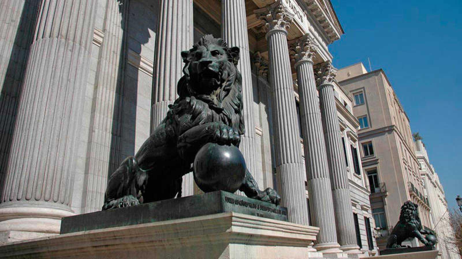 Leones del edificio del Congreso de los Diputados