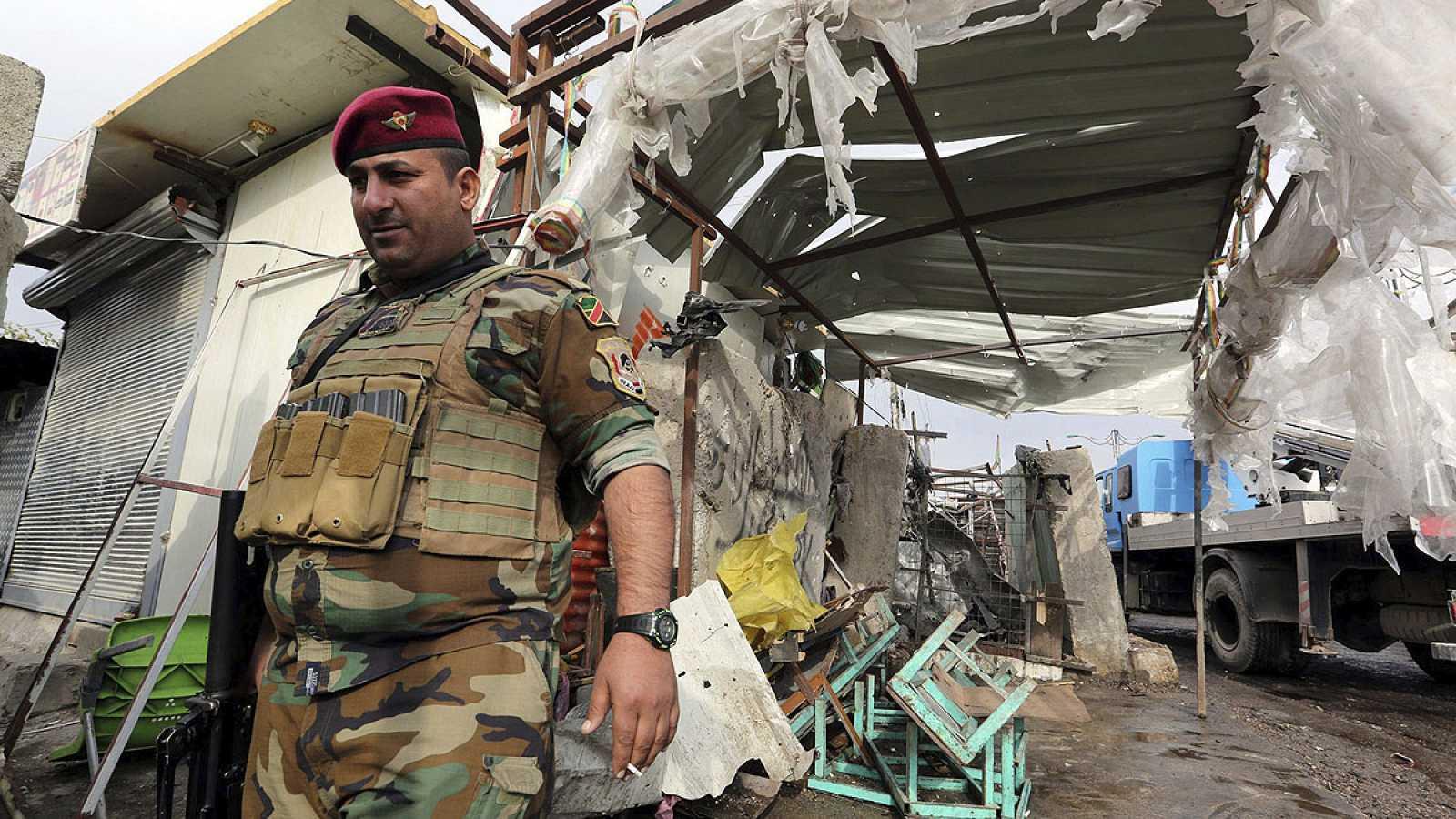 Un soldado iraquí en Bagdad tras un atentado