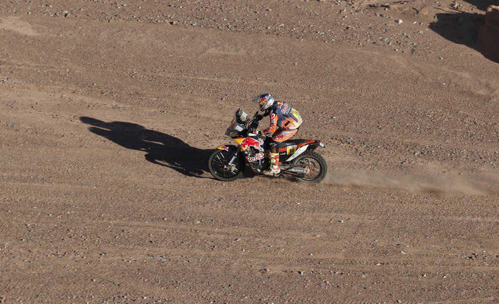 El piloto britanico Sam Sunderland conduce su KTM durante la décima etapa del Dakar.