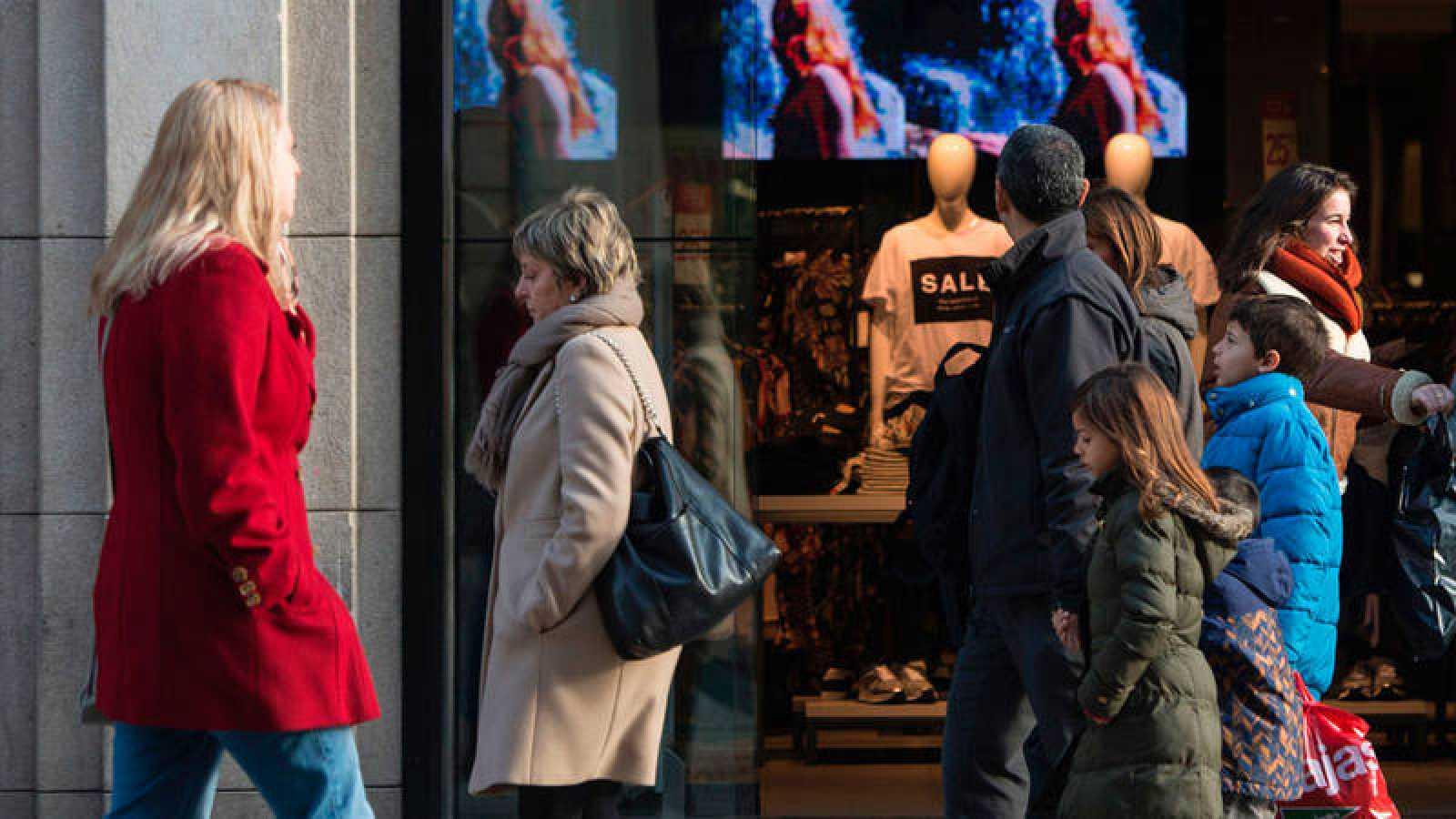Gente pasando delante de una tienda en Barcelona