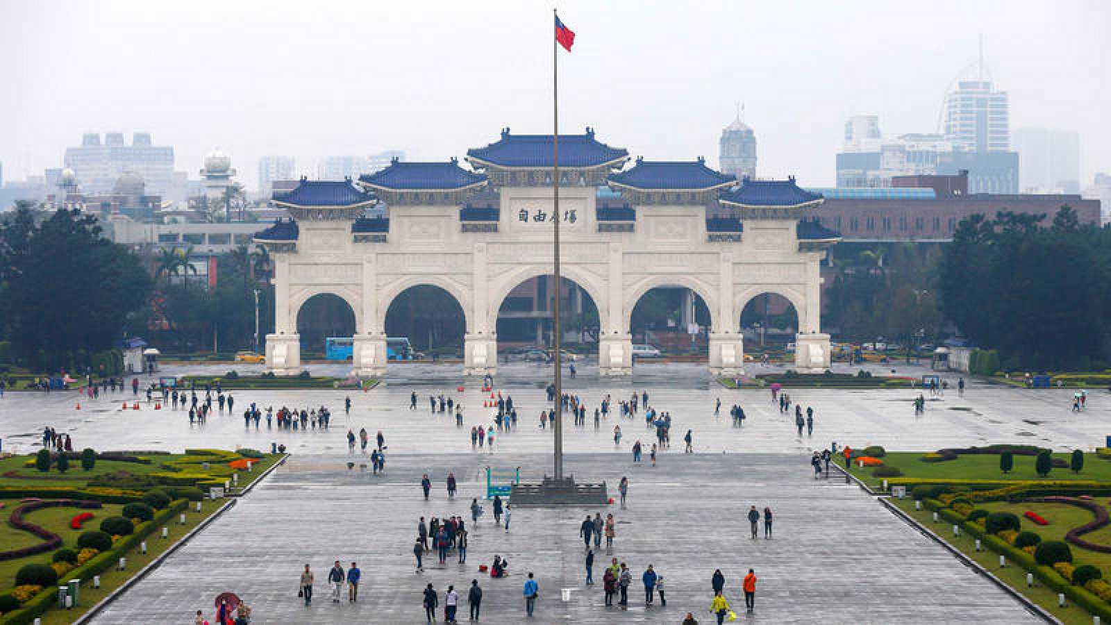 Turistas paseando por la Plaza de la Libertad de Taipei, Taiwán