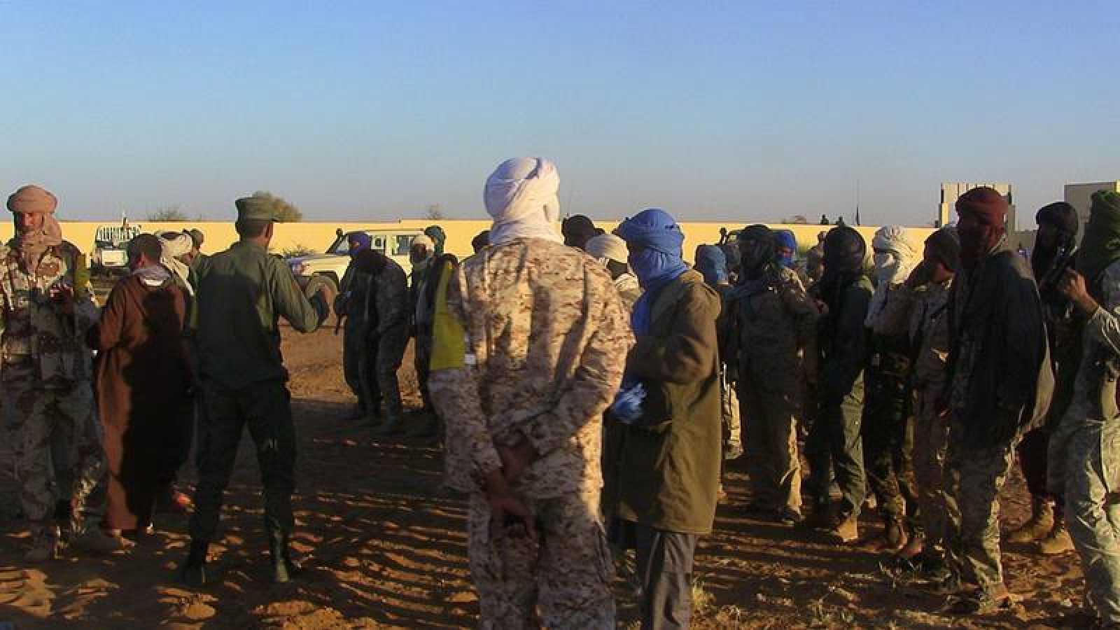 Ex milicianos y militares en el cuartel maliense de Gao atacado este miércoles con un coche bomba