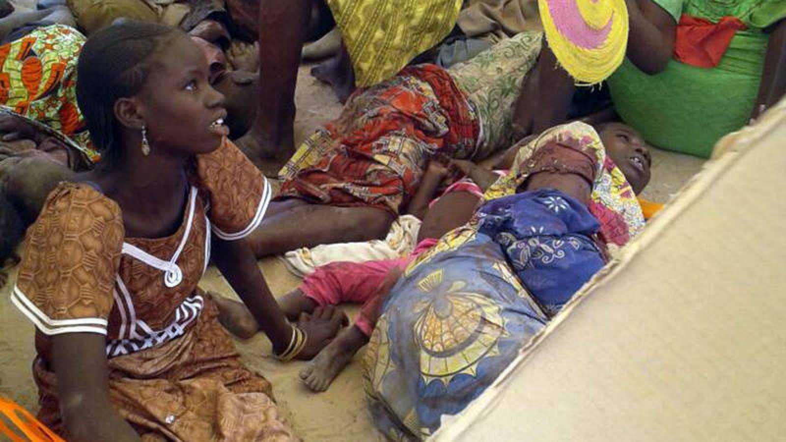 Refugiados en el campo de desplazados bombardeado por el ejército de Nigeria