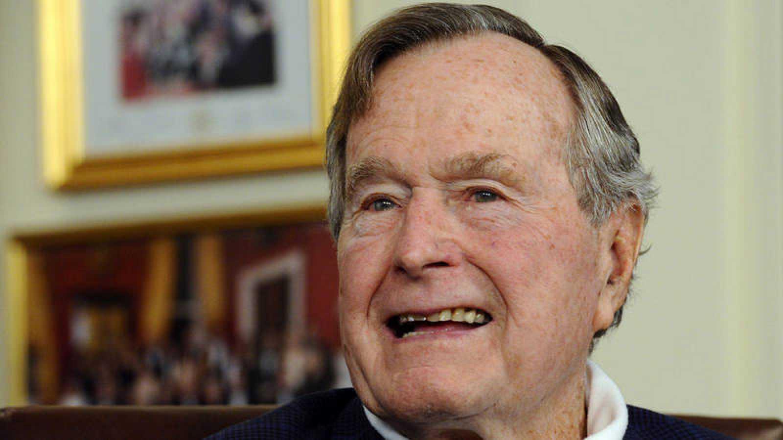 Foto de archivo tomada el 15 de julio de 2015 del expresidente estadounidense George H.W. Bush en su oficina en Houston