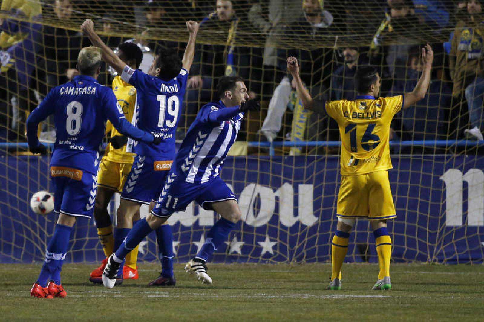 Los jugadores del Deportivo Alavés celebran el gol del delantero Ibai Gómez.
