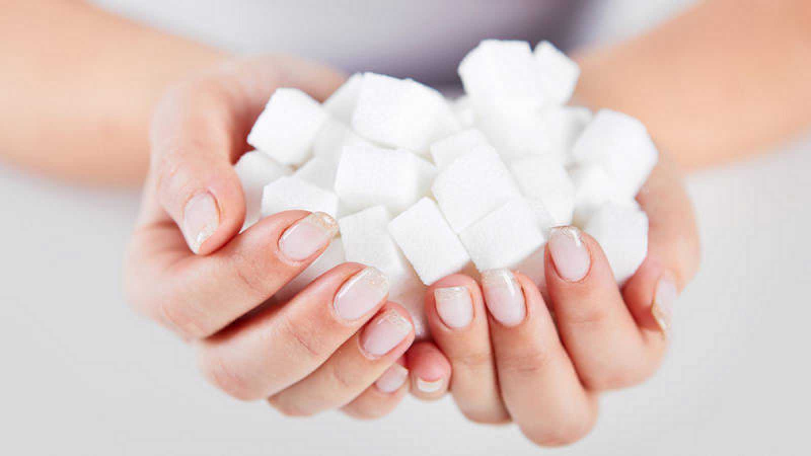"""Los expertos en salud piden que se preste atención a la parte de las etiquetas de los alimentos que dice: """"de los cuales, azúcares""""."""