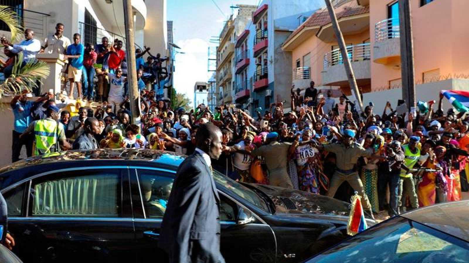 Los seguidores de Adama Barrow celebran su investidura como nuevo presidente de Gambia a su salida de la embajada de Dakar