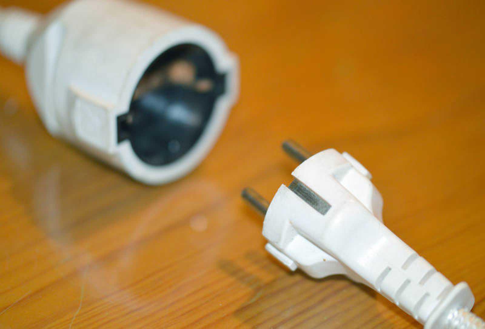 Un enchufe y un conector eléctrico